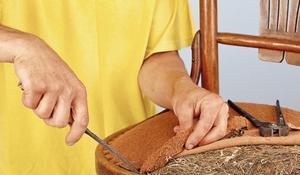 KROK I - Usuwanie starej wyściółki krzesła