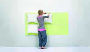 KROK VII - Przyczepianie poduszek do zagłówka łóżka